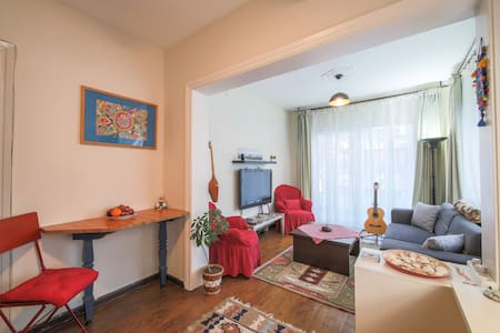 Cozy & Colorful Apartment in the downtown
