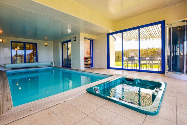 Beautiful villa with private swimming pool, jacuzzi, sauna and view on the sea!