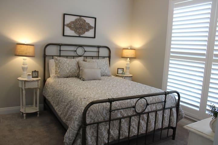 Guest Room/Queen Bed