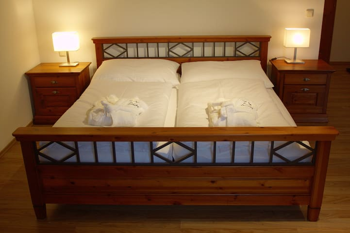 hochwertiges Vollholz-Bett