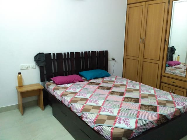 Room with Double Bed, Attached Private Bathroom - Bangalore - Huis