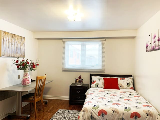 Cozy Comfort Room Minutes From Square One Shopping