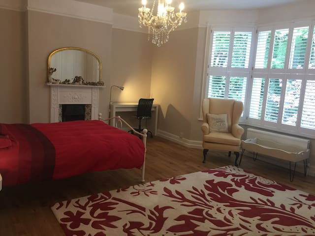 Large double bedroom in great spot by town gardens