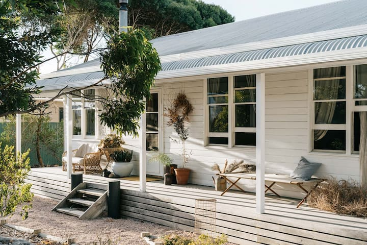 My Sister & The Sea - charming coastal cottage