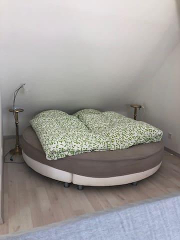Schlafnische mit rundem Bett - geeignet für 2 Personen