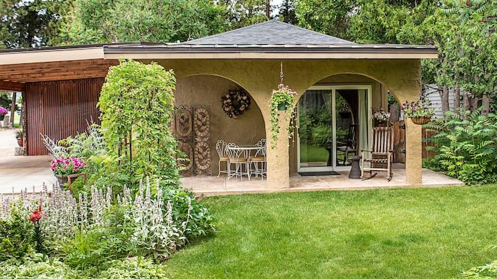 Garden Cottage in quiet neighborhood.