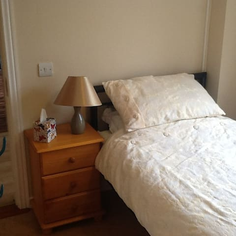 Single room close to city warm, friendly space