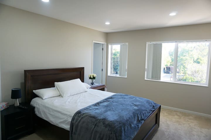 Spacious Master BR Close to Airport