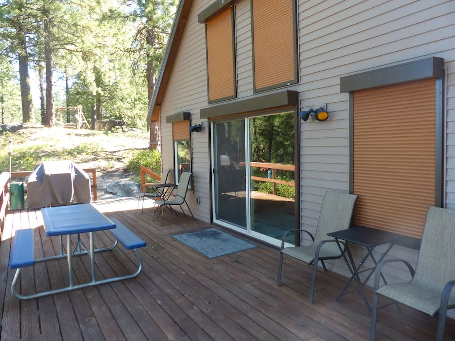 Main deck area with BBQ grill, picnic table and chairs