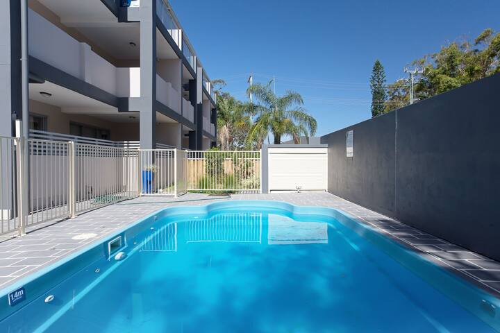 9 'Shoal Bay Beach Apartments' 2 Shoal Bay Road -air conditioning and complex swimming pool