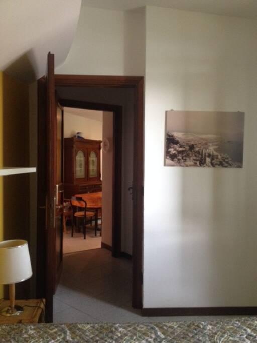 Vista dalla camera matrimoniale all'ingresso/soggiorno
