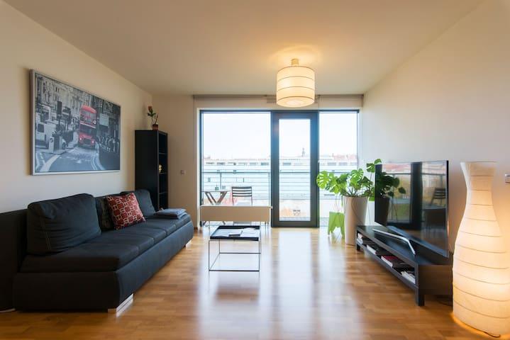 New modern home & Garage - 10 MIN OLD TOWN