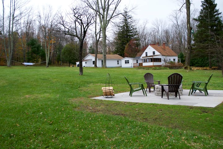 Rustic 472-acre retreat with pond - dog friendly! - Colebrook - 獨棟