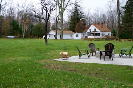 Rustic retreat on 472 peaceful acres with pond - Colebrook - Dom