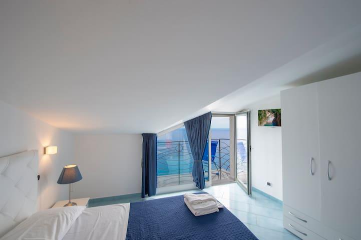 Camera da letto con vista mare 1