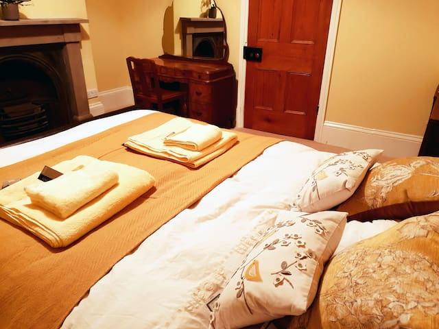 Amber Room - City centre cosy king size bedroom