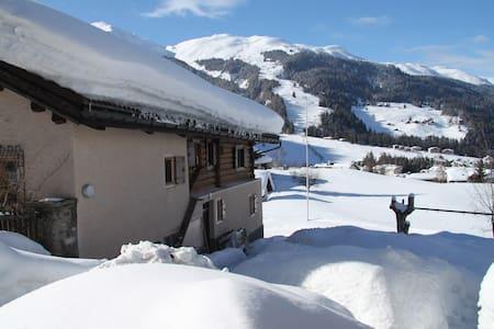 Idyllische Ski-in/Ski-out Ferienwohnung Churwalden - Churwalden - Kondominium