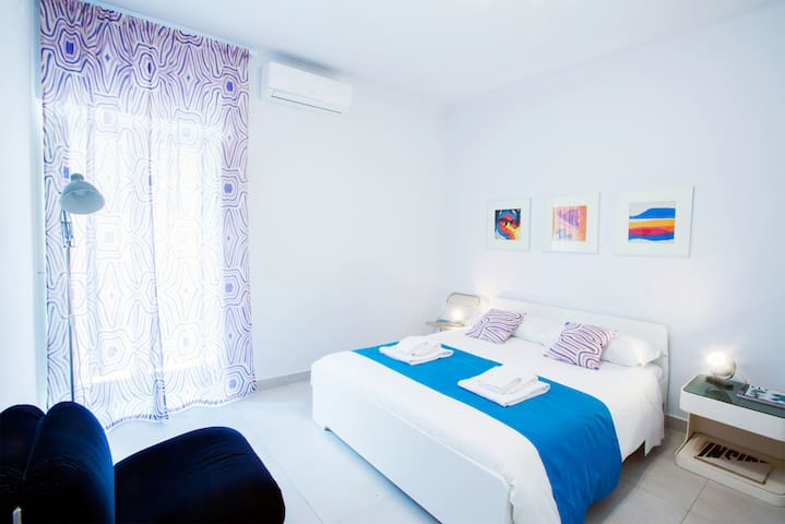 This bedroom is elegant with refined details. Bright and welcoming. You find a comfortable double bed cm160x200 and a three-door closet. With small balcony, air conditioning and heating. Equipped with a private bathroom with large shower.