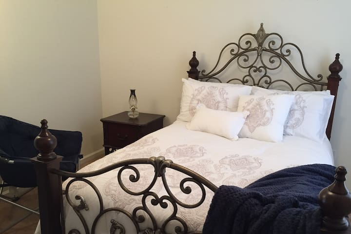New! Classy, cozy private room 2 mins from I-40