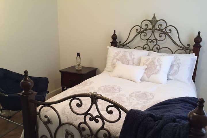 New! Classy, Cozy Private Room Near I-40