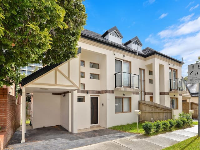 A Fully Furnished Town House in Chatswood - Chatswood - Rekkehus