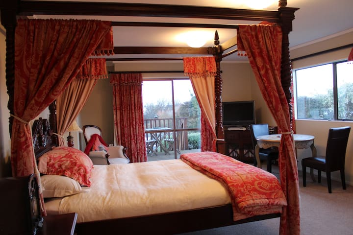 Tudor Manor Bed & Breakfast - The Windsor Room - Paraparaumu - Bed & Breakfast