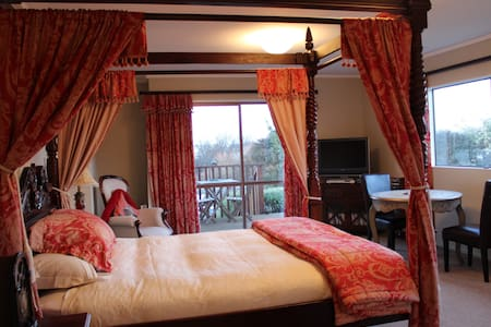 Tudor Manor Bed & Breakfast - The Windsor Room - Paraparaumu