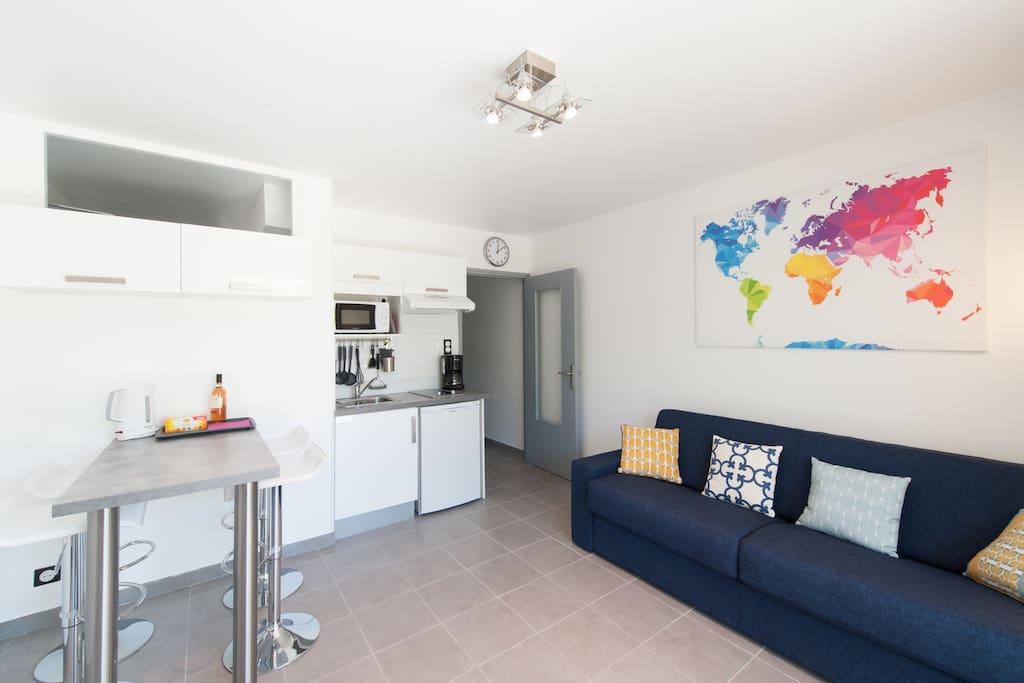 Salon avec cuisine équipée et Convertible grand confort