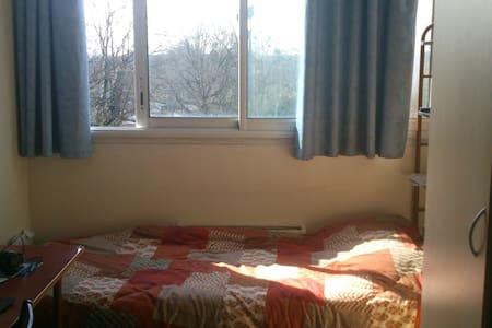 Belle chambre avec une belle vue pour des voyagers - Cergy - Sala sypialna