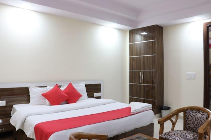 A luxurious budget hotel near Apollo Hospital.