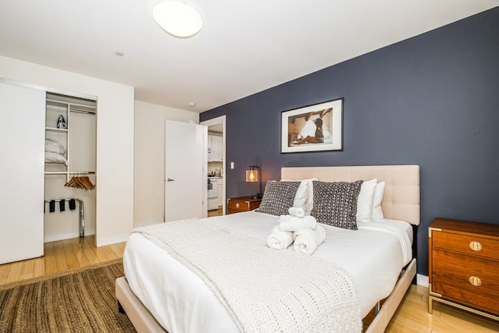 Stylish Lux 2BR in Theatre District | Evonify