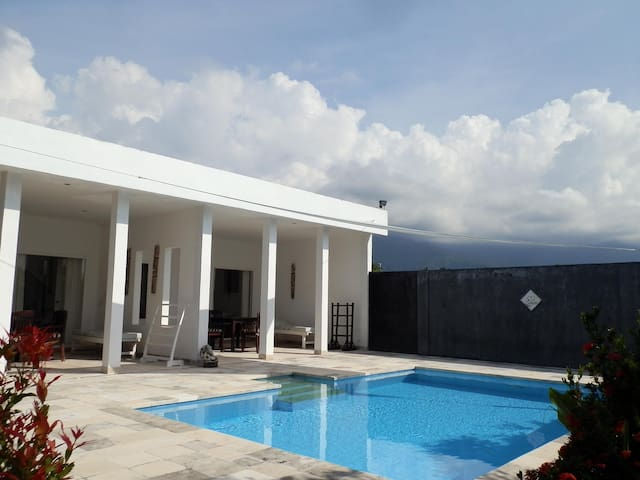 Beachfront Villa Cymopoleia Guesthouse - Bali - Dom