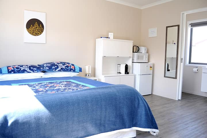 Cozy guesthouse, Near new, last minute deals.
