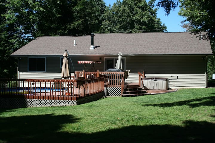 Pool & 6 Person Hot Tub! Near Summersville Lake