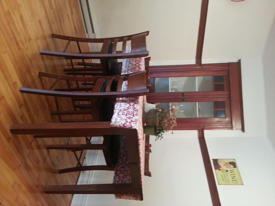 vaisselier incrusté, beaucoup de cachet, table avec rallonge peut asseoir 6 personnes.