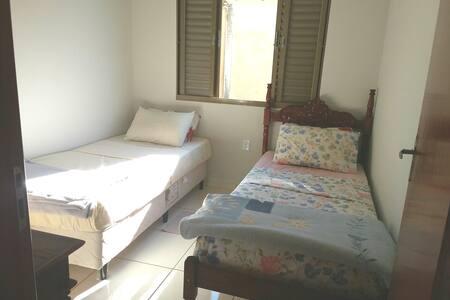 Casa simples, ideal para turistas. Quarto.
