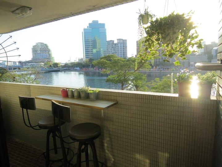高雄愛河美景三房包層公寓 Kaohsiunf Love river View 3 room apt