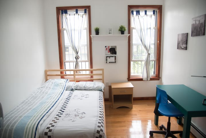 Private bedroom in a quiet and safe neighborhood