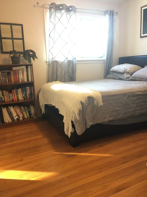 Queen sized bed with extra pillows and blankets. Hardwood throughout. Lots of shelving for storage.