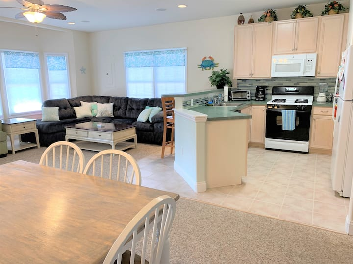 Beautiful Family-Friendly Condo Close to the Beach
