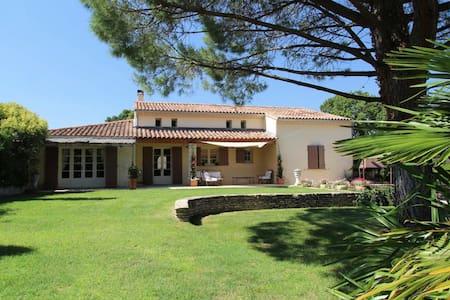 Charmante villa provençale avec piscine - Avignon