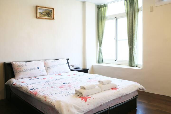 豪華3人套房 多床型 適合嬰兒 獨立空間 鬧中取靜 空氣採光佳 高跟鞋教堂旁 布袋漁市場  鋪床