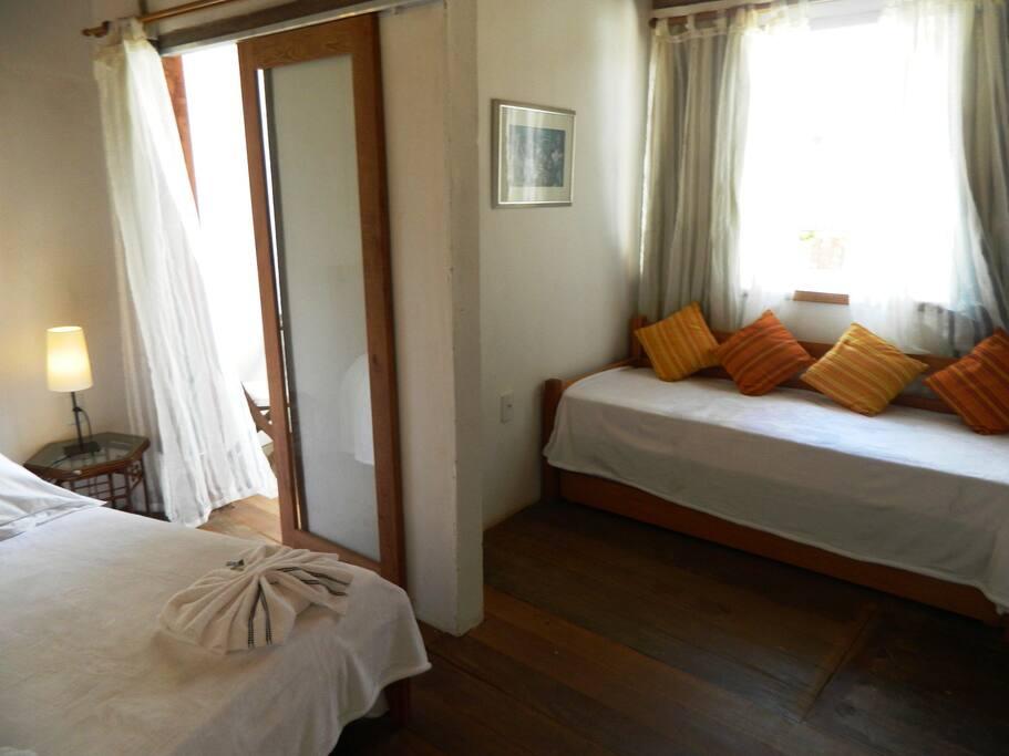 Suite principal 2:cama de casal, 2 solteiro, ar cond., ventiladores, cofre, frigobar, t.v a cabo, banheiro, varanda privativa com mesa e cadeiras