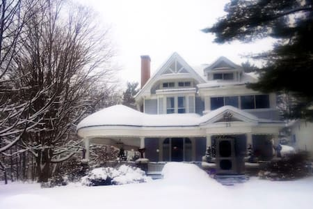 Beatty Suite -search also Sweeney, Wheatley Rooms - Parry Sound - Bed & Breakfast