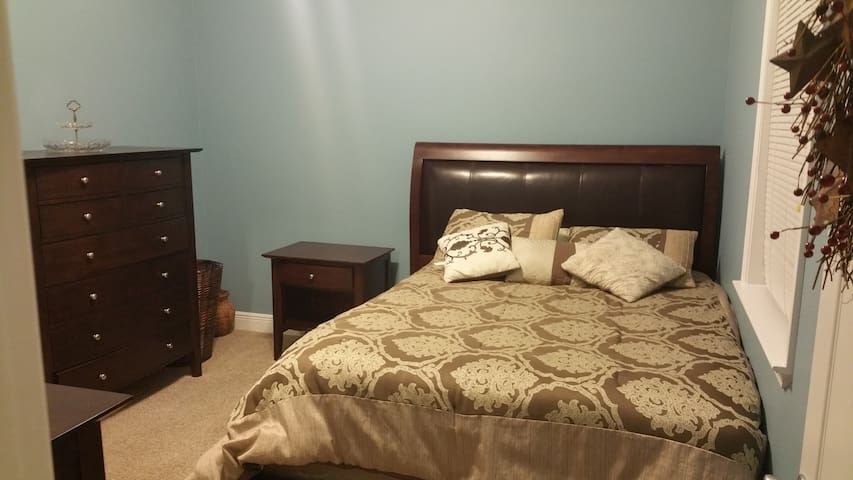 Comfy bedroom w/ closet and bathroom - Crestview - House