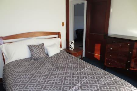 One bedroom plus den blocks to Mayo - Рочестер