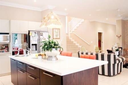 Beautiful 5 bedroom house. - Mount Edgecombe - House