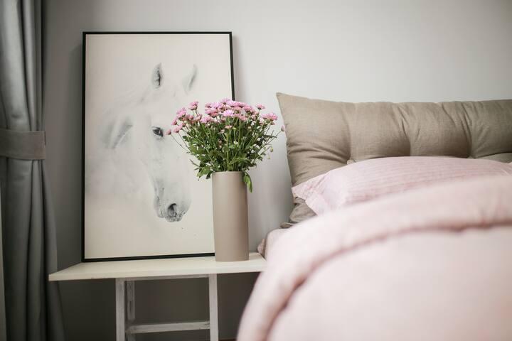 卧室配有小米8H1.5m独立静音弹簧3D透气厚抗菌泰国天然乳胶床垫