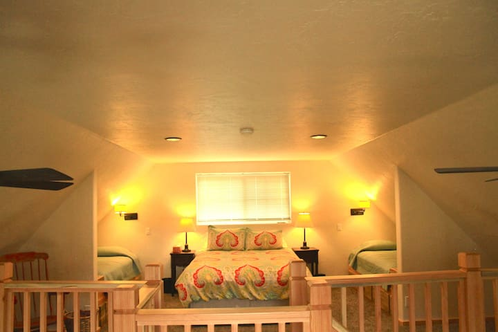 Spacious loft with a queen bed and two twin beds