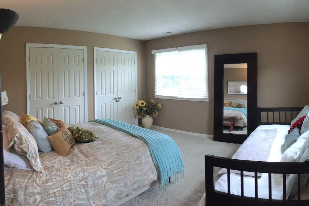 Bedroom 1 (queen and twin bed)